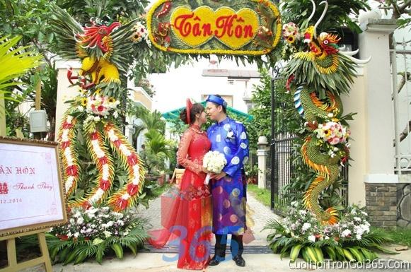 Cổng cưới hoa tươi long phụng kết đẹp, sang trọng từ hoa tươi và dây voan CHT03 : Mẫu cưới hỏi trọn gói 365 của công ty dịch vụ trang trí nhà tiệc cưới hỏi đẹp rẻ uy tín ở tại quận Tân Phú Sài Gòn TPHCM Gò Vấp
