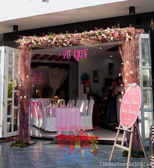 dịch vụ cưới hỏi trọn gói - Cổng cưới hoa tươi tông màu hồng pastel kết đẹp, sang trọng từ hoa tươi và dây voan CHT05
