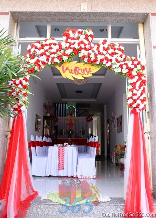 Cổng cưới hoa tươi tông màu trắng đỏ song hỷ kết đẹp, sang trọng từ hoa tươi và dây voan CHT08 : Mẫu cưới hỏi trọn gói 365 của công ty dịch vụ trang trí nhà tiệc cưới hỏi đẹp rẻ uy tín ở tại quận Tân Phú Sài Gòn TPHCM Gò Vấp