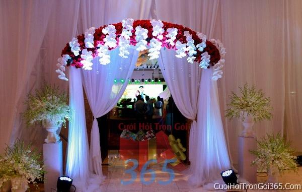 Cổng cưới hoa tươi tông màu trắng đỏ song hỷ kết đẹp, sang trọng từ hoa tươi và dây voan CHT09 : Mẫu cưới hỏi trọn gói 365 của công ty dịch vụ trang trí nhà tiệc cưới hỏi đẹp rẻ uy tín ở tại quận Tân Phú Sài Gòn TPHCM Gò Vấp