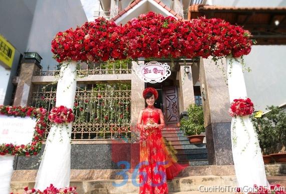 Cổng cưới hoa tươi tông màu trắng đỏ song hỷ kết đẹp, sang trọng từ hoa tươi và dây voan CHT10 : Mẫu cưới hỏi trọn gói 365 của công ty dịch vụ trang trí nhà tiệc cưới hỏi đẹp rẻ uy tín ở tại quận Tân Phú Sài Gòn TPHCM Gò Vấp