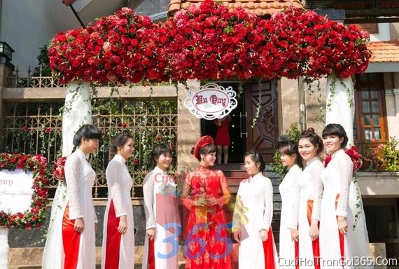 Cổng cưới hoa tươi tông màu trắng đỏ song hỷ kết đẹp, sang trọng từ hoa tươi và dây voan CHT11 : Mẫu cưới hỏi trọn gói 365 của công ty dịch vụ trang trí nhà tiệc cưới hỏi đẹp rẻ uy tín ở tại quận Tân Phú Sài Gòn TPHCM Gò Vấp