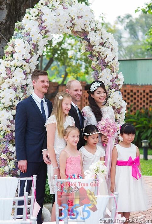 Cổng cưới hoa tươi tông màu trắng tím kết đẹp, sang trọng từ hoa tươi và dây voan CHT07 : Mẫu cưới hỏi trọn gói 365 của công ty dịch vụ trang trí nhà tiệc cưới hỏi đẹp rẻ uy tín ở tại quận Tân Phú Sài Gòn TPHCM Gò Vấp