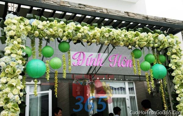 Cổng cưới hoa tươi tông màu xanh lá trắng kết đẹp, sang trọng từ hoa tươi và dây voan CHT15 : Mẫu cưới hỏi trọn gói 365 của công ty dịch vụ trang trí nhà tiệc cưới hỏi đẹp rẻ uy tín ở tại quận Tân Phú Sài Gòn TPHCM Gò Vấp