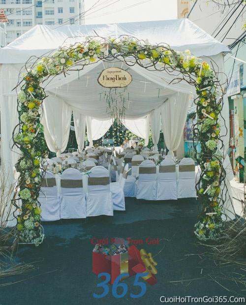 Cổng cưới hoa tươi tông màu xanh lá trắng kết đẹp, sang trọng từ hoa tươi và dây voan CHT16 : Mẫu cưới hỏi trọn gói 365 của công ty dịch vụ trang trí nhà tiệc cưới hỏi đẹp rẻ uy tín ở tại quận Tân Phú Sài Gòn TPHCM Gò Vấp