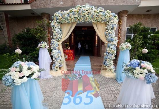 Cổng cưới hoa tươi tông màu xanh lam kết đẹp, sang trọng từ hoa tươi và dây voan CHT13 : Mẫu cưới hỏi trọn gói 365 của công ty dịch vụ trang trí nhà tiệc cưới hỏi đẹp rẻ uy tín ở tại quận Tân Phú Sài Gòn TPHCM Gò Vấp