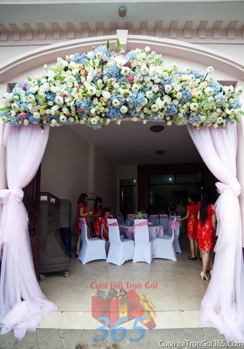 Cổng cưới hoa tươi tông màu xanh lam kết đẹp, sang trọng từ hoa tươi và dây voan CHT14 : Mẫu cưới hỏi trọn gói 365 của công ty dịch vụ trang trí nhà tiệc cưới hỏi đẹp rẻ uy tín ở tại quận Tân Phú Sài Gòn TPHCM Gò Vấp
