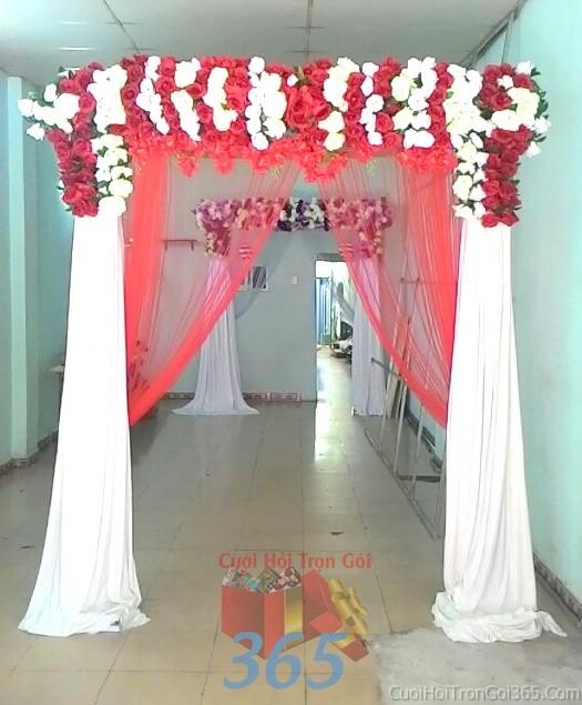 Cổng cưới hoa vải giả màu trắng đỏ hình mái ngang kết từ hoa hồng lan giả và voan cho lễ ăn hỏi, đám CHV05 : Mẫu cưới hỏi trọn gói 365 của công ty dịch vụ trang trí nhà tiệc cưới hỏi đẹp rẻ uy tín ở tại quận Tân Phú Sài Gòn TPHCM Gò Vấp