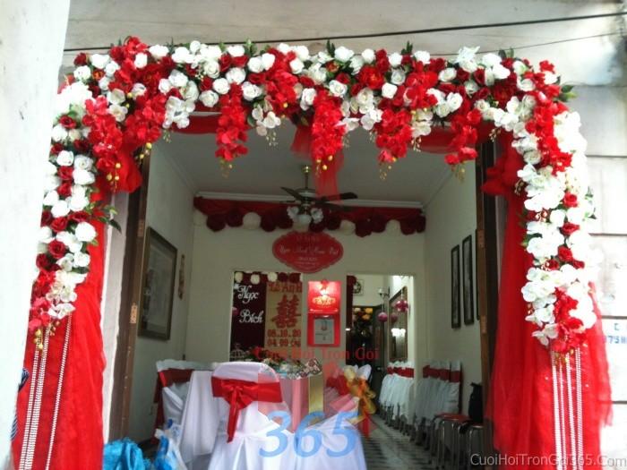 Cổng cưới hoa vải giả màu trắng đỏ song hỷ hình mái ngang kết từ hoa hồng và lan hồ điệp giả cho lễ ăn hỏi, đám CHV06 : Mẫu cưới hỏi trọn gói 365 của công ty dịch vụ trang trí nhà tiệc cưới hỏi đẹp rẻ uy tín ở tại quận Tân Phú Sài Gòn TPHCM Gò Vấp