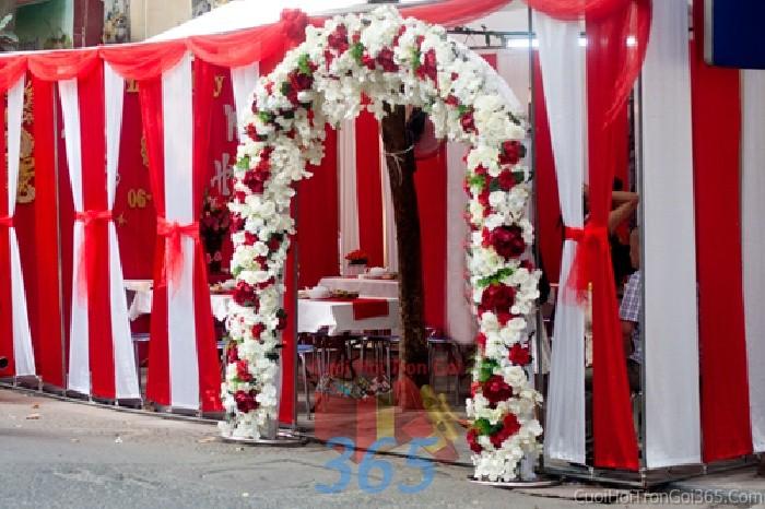 Cổng cưới hoa vải màu trắng đỏ sáng đẹp hình mái công cho lễ đính hôn, vu quy, tân hôn, đám CHV12 : Mẫu cưới hỏi trọn gói 365 của công ty dịch vụ trang trí nhà tiệc cưới hỏi đẹp rẻ uy tín ở tại quận Tân Phú Sài Gòn TPHCM Gò Vấp