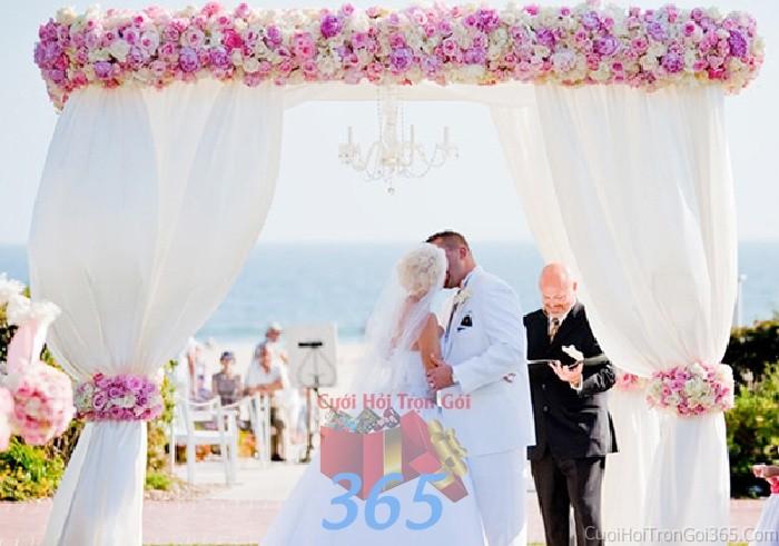 Cổng cưới hoa vải màu trắng hồng pastel nhẹ nhàng, trong sáng với hoa vải giả trắng hồng và voan mềmCHV08 : Mẫu cưới hỏi trọn gói 365 của công ty dịch vụ trang trí nhà tiệc cưới hỏi đẹp rẻ uy tín ở tại quận Tân Phú Sài Gòn TPHCM Gò Vấp