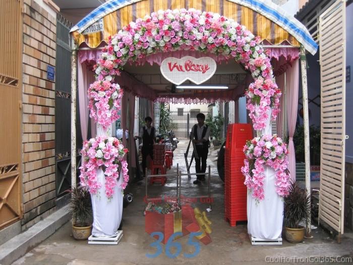 Cổng cưới hoa vải màu trắng hồng sáng đẹp hình mái công cho lễ vuCHV09 : Mẫu cưới hỏi trọn gói 365 của công ty dịch vụ trang trí nhà tiệc cưới hỏi đẹp rẻ uy tín ở tại quận Tân Phú Sài Gòn TPHCM Gò Vấp