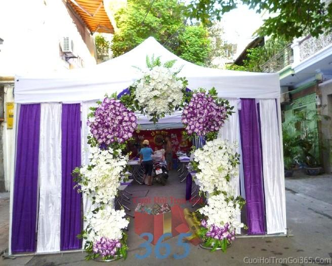 Cổng cưới hoa vải màu trắng tím lãng mạn hình mái nhà được kết từ các ụ hoa vải giả cho đám cưới, lễ ănCHV10 : Mẫu cưới hỏi trọn gói 365 của công ty dịch vụ trang trí nhà tiệc cưới hỏi đẹp rẻ uy tín ở tại quận Tân Phú Sài Gòn TPHCM Gò Vấp