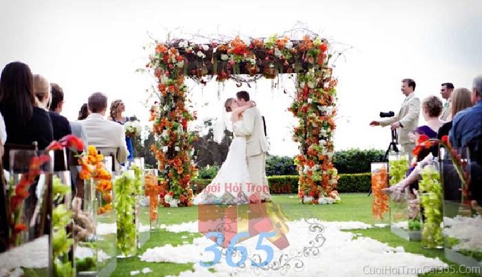 Cổng cưới kết hoa tươi tông cam năng động từ nhiều loại hoa hình chữ nhật đứng cho lễ ăn hỏi, đính hôn, đám CHT18 : Mẫu cưới hỏi trọn gói 365 của công ty dịch vụ trang trí nhà tiệc cưới hỏi đẹp rẻ uy tín ở tại quận Tân Phú Sài Gòn TPHCM Gò Vấp