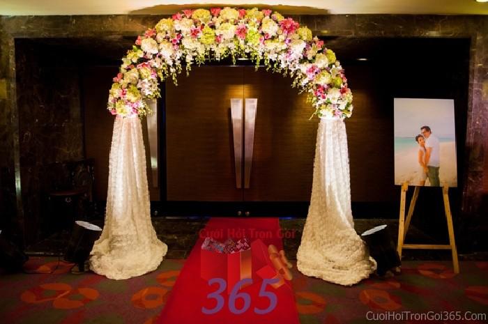 Cổng cưới kết hoa tươi tông hồng nhẹ nhàng từ hoa tươi và chân vải nhung cao cấpcho lễ ăn hỏi, đính hôn, đám CHT19 : Mẫu cưới hỏi trọn gói 365 của công ty dịch vụ trang trí nhà tiệc cưới hỏi đẹp rẻ uy tín ở tại quận Tân Phú Sài Gòn TPHCM Gò Vấp