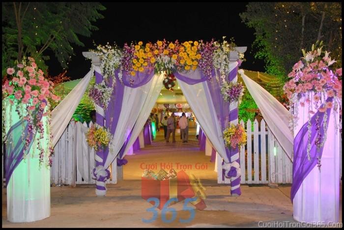 Cổng cưới kết hoa tươi tông tím đa sắc từ hoa tươi và dây voan kết hợp cho lễ ăn hỏi, đính hôn, đám CHT39 : Mẫu cưới hỏi trọn gói 365 của công ty dịch vụ trang trí nhà tiệc cưới hỏi đẹp rẻ uy tín ở tại quận Tân Phú Sài Gòn TPHCM Gò Vấp