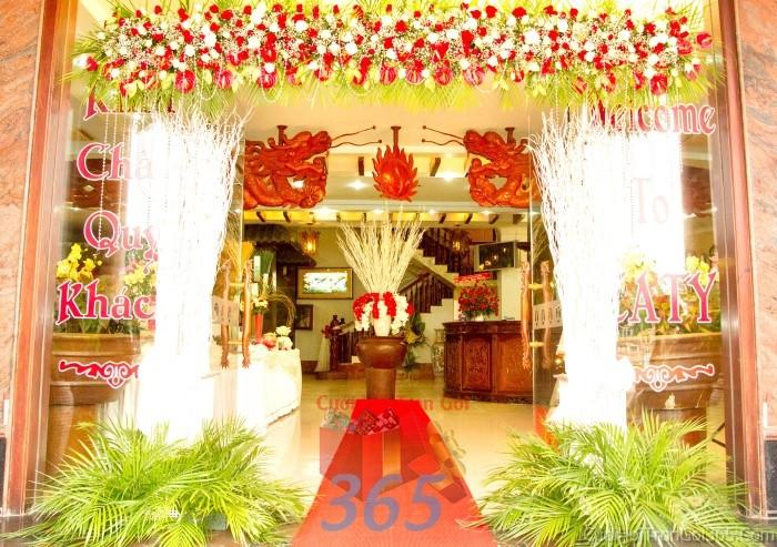 Cổng cưới kết hoa tươi tông trắng đỏ từ hoa hồng, hồng môn hình chữ nhật cho lễ ăn hỏi, đính hôn, đám CHT33 : Mẫu cưới hỏi trọn gói 365 của công ty dịch vụ trang trí nhà tiệc cưới hỏi đẹp rẻ uy tín ở tại quận Tân Phú Sài Gòn TPHCM Gò Vấp