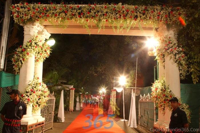 Cổng cưới kết hoa tươi tông trắng hồng nhẹ nhàng từ hoa hồng, phong lan trang trí đều quanh cửa nhà hoành tráng cho lễ ăn hỏi, đính hôn, đám CHT21 : Mẫu cưới hỏi trọn gói 365 của công ty dịch vụ trang trí nhà tiệc cưới hỏi đẹp rẻ uy tín ở tại quận Tân Phú Sài Gòn TPHCM Gò Vấp