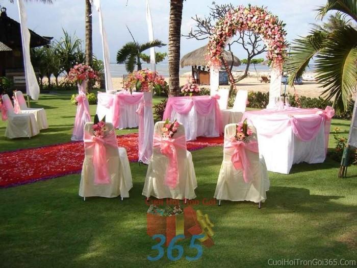 Cổng cưới kết hoa tươi tông trắng hồng pastel dễ thường từ hoa tươi kết hình vòng cung cho lễ ăn hỏi, đính hôn, đám CHT22 : Mẫu cưới hỏi trọn gói 365 của công ty dịch vụ trang trí nhà tiệc cưới hỏi đẹp rẻ uy tín ở tại quận Tân Phú Sài Gòn TPHCM Gò Vấp