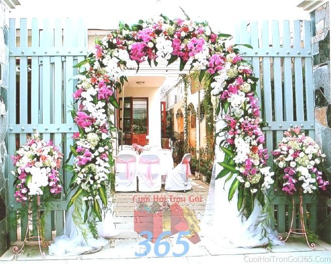 Cổng cưới kết hoa tươi tông trắng tím lãng mạn từ hoa phong lan hồ điệp hình mái nhà bầu cho lễ ăn hỏi, đính hôn, đám CHT27 : Mẫu cưới hỏi trọn gói 365 của công ty dịch vụ trang trí nhà tiệc cưới hỏi đẹp rẻ uy tín ở tại quận Tân Phú Sài Gòn TPHCM Gò Vấp