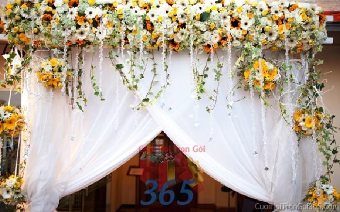 Cổng cưới kết hoa tươi tông trắng vàng ngọt ngào, điệu đà từ những nén hoa rũ xuống trên vải voan trắng cho lễ đính hôn, đám CHT29 : Mẫu cưới hỏi trọn gói 365 của công ty dịch vụ trang trí nhà tiệc cưới hỏi đẹp rẻ uy tín ở tại quận Tân Phú Sài Gòn TPHCM Gò Vấp