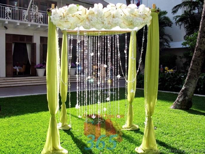Cổng cưới kết hoa tươi tông trắng xanh lá dễ thương với hoa tươi, vải voan và sợi pha lê đẹp lung linh cho lễ ăn hỏi, đính hôn, đám CHT30 : Mẫu cưới hỏi trọn gói 365 của công ty dịch vụ trang trí nhà tiệc cưới hỏi đẹp rẻ uy tín ở tại quận Tân Phú Sài Gòn TPHCM Gò Vấp