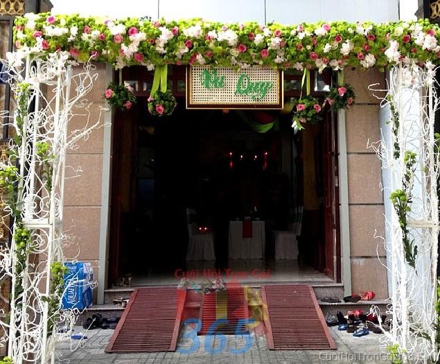 Cổng cưới kết hoa tươi tông trắng xanh từ hoa hồng, cây khô trang trí khung sắt cho lễ ăn hỏi, đính hôn, đám CHT31 : Mẫu cưới hỏi trọn gói 365 của công ty dịch vụ trang trí nhà tiệc cưới hỏi đẹp rẻ uy tín ở tại quận Tân Phú Sài Gòn TPHCM Gò Vấp