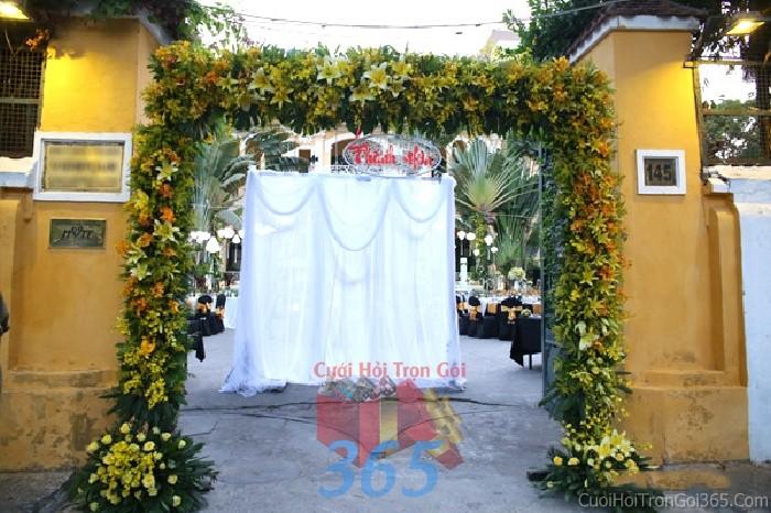 Cổng cưới kết hoa tươi tông vàng dịu ngọt từ hoa hồng, ly hình chữ nhật đứng cho lễ ăn hỏi, đính hôn, đám CHT40 : Mẫu cưới hỏi trọn gói 365 của công ty dịch vụ trang trí nhà tiệc cưới hỏi đẹp rẻ uy tín ở tại quận Tân Phú Sài Gòn TPHCM Gò Vấp