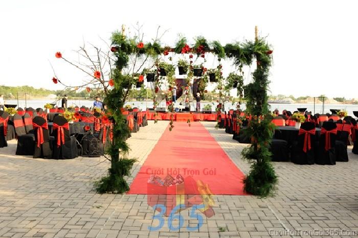 Cổng cưới kết hoa tươi tông xanh giản dị từ lá cây cho tiệc cưới ngoài CHT41 : Mẫu cưới hỏi trọn gói 365 của công ty dịch vụ trang trí nhà tiệc cưới hỏi đẹp rẻ uy tín ở tại quận Tân Phú Sài Gòn TPHCM Gò Vấp