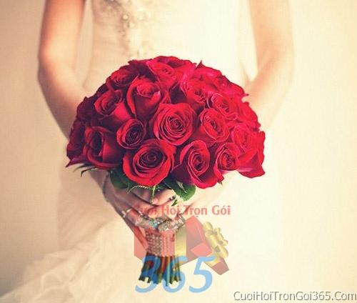 Hoa cầm tay cô dâu tông màu đỏ kết đẹp, dễ thương cho ngày lễ ăn hỏi, tiệc đám cưới HC46 : Mẫu cưới hỏi trọn gói 365 của công ty dịch vụ trang trí nhà tiệc cưới hỏi đẹp rẻ uy tín ở tại quận Tân Phú Sài Gòn TPHCM Gò Vấp