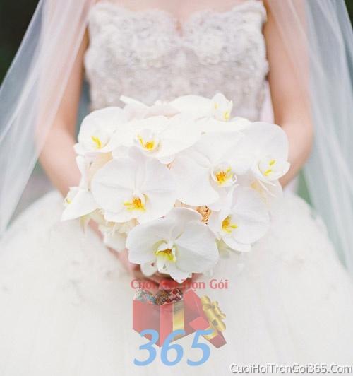 Hoa cầm tay cô dâu tông màu trắng kết đẹp, dễ thương cho ngày lễ ăn hỏi, tiệc đám cưới HC24 : Mẫu cưới hỏi trọn gói 365 của công ty dịch vụ trang trí nhà tiệc cưới hỏi đẹp rẻ uy tín ở tại quận Tân Phú Sài Gòn TPHCM Gò Vấp