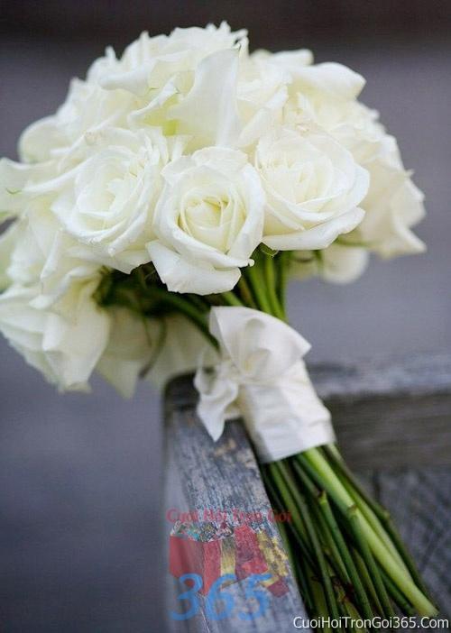Hoa cầm tay cô dâu tông màu trắng kết đẹp, dễ thương cho ngày lễ ăn hỏi, tiệc đám cưới HC26 : Mẫu cưới hỏi trọn gói 365 của công ty dịch vụ trang trí nhà tiệc cưới hỏi đẹp rẻ uy tín ở tại quận Tân Phú Sài Gòn TPHCM Gò Vấp