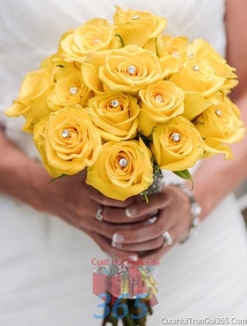 Hoa cầm tay cô dâu tông màu vàng kết đẹp, dễ thương cho ngày lễ ăn hỏi, tiệc đám cưới HC33 : Mẫu cưới hỏi trọn gói 365 của công ty dịch vụ trang trí nhà tiệc cưới hỏi đẹp rẻ uy tín ở tại quận Tân Phú Sài Gòn TPHCM Gò Vấp