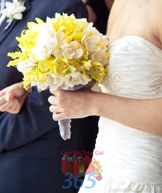 Hoa cầm tay cô dâu trắng vàng kết đẹp, phong cách ngọt ngào cho ngày lễ ăn hỏi, tiệc đám HC73 : Mẫu cưới hỏi trọn gói 365 của công ty dịch vụ trang trí nhà tiệc cưới hỏi đẹp rẻ uy tín ở tại quận Tân Phú Sài Gòn TPHCM Gò Vấp