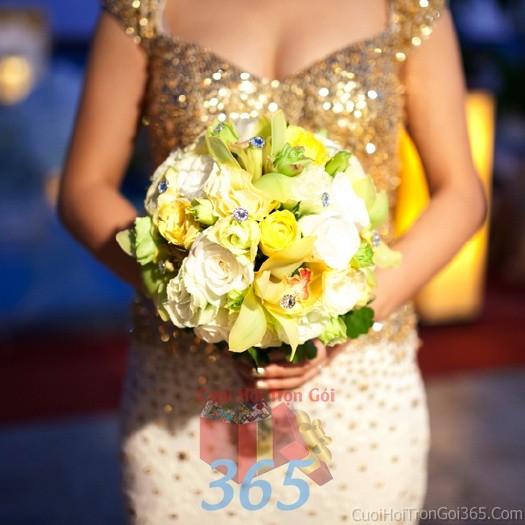 Hoa cầm tay cô dâu trắng vàng kết đẹp, phong cách ngọt ngào, quyến rũ cho ngày lễ ăn hỏi, tiệc đám HC74 : Mẫu cưới hỏi trọn gói 365 của công ty dịch vụ trang trí nhà tiệc cưới hỏi đẹp rẻ uy tín ở tại quận Tân Phú Sài Gòn TPHCM Gò Vấp