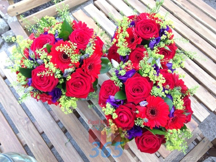 Hoa để bàn tông đỏ rực rỡ từ hoa hồng, đồng tiền cho lễ cưới, ăn hỏi, đính hôn để trang trí nhà ngày cướiHDB17 : Mẫu cưới hỏi trọn gói 365 của công ty dịch vụ trang trí nhà tiệc cưới hỏi đẹp rẻ uy tín ở tại quận Tân Phú Sài Gòn TPHCM Gò Vấp