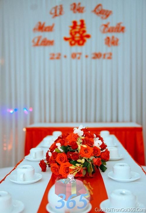 Hoa để bàn tông màu đỏ cam làm lễ gia tiên, trang trí nhà ngày đám cưới hỏi HDB08 : Mẫu cưới hỏi trọn gói 365 của công ty dịch vụ trang trí nhà tiệc cưới hỏi đẹp rẻ uy tín ở tại quận Tân Phú Sài Gòn TPHCM Gò Vấp
