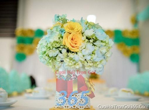 Hoa để bàn tông màu xanh biển vàng làm lễ gia tiên, trang trí nhà ngày đám cưới hỏi HDB07 : Mẫu cưới hỏi trọn gói 365 của công ty dịch vụ trang trí nhà tiệc cưới hỏi đẹp rẻ uy tín ở tại quận Tân Phú Sài Gòn TPHCM Gò Vấp