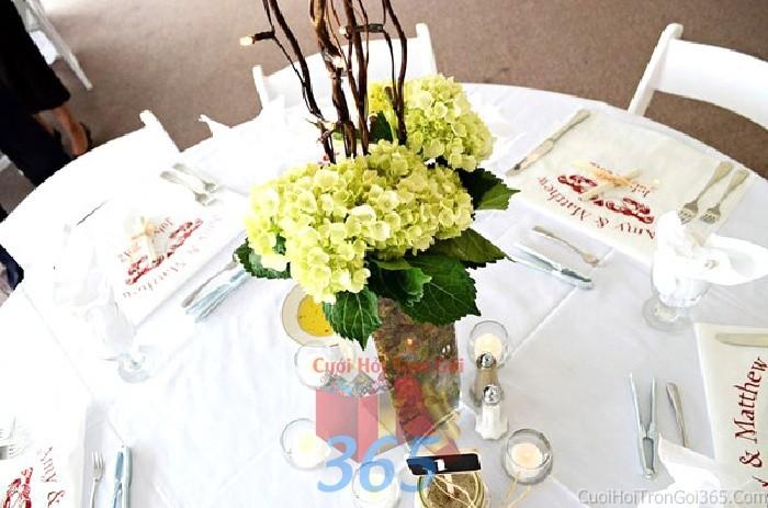 Lọ hoa để bàn tông xanh mộc mạc từ cẩm tú cầu cho lễ cưới, ăn hỏi, đính hôn để trang trí nhà ngày cướiHDB35 : Mẫu cưới hỏi trọn gói 365 của công ty dịch vụ trang trí nhà tiệc cưới hỏi đẹp rẻ uy tín ở tại quận Tân Phú Sài Gòn TPHCM Gò Vấp