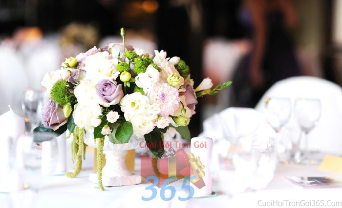 Lọ hoa gốm sứ để bàn tông trắng tím lãng mạn, nhẹ nhàng từ hoa hồng, cúc nhỏ xinh cho lễ cưới, ăn hỏi, đính hôn để trang trí nhà ngày cướiHDB20 : Mẫu cưới hỏi trọn gói 365 của công ty dịch vụ trang trí nhà tiệc cưới hỏi đẹp rẻ uy tín ở tại quận Tân Phú Sài Gòn TPHCM Gò Vấp