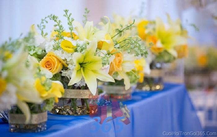 Lọ hoa nhỏ xinh để bàn vàng tươi sáng, ngọt lịm cho lễ cưới, ăn hỏi, đính hôn để trang trí nhà ngày cướiHDB21 : Mẫu cưới hỏi trọn gói 365 của công ty dịch vụ trang trí nhà tiệc cưới hỏi đẹp rẻ uy tín ở tại quận Tân Phú Sài Gòn TPHCM Gò Vấp