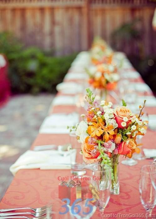 Lọ hoa thủy tinh cao để bàn tông cam đa sắc năng động cho lễ cưới, ăn hỏi, đính hôn để trang trí nhà ngày cướiHDB23 : Mẫu cưới hỏi trọn gói 365 của công ty dịch vụ trang trí nhà tiệc cưới hỏi đẹp rẻ uy tín ở tại quận Tân Phú Sài Gòn TPHCM Gò Vấp