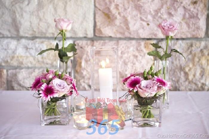 Lọ hoa thủy tinh hình vuông nhỏ xinh để bàn tông tím lãng mạn từ hoa cúc cho lễ cưới, ăn hỏi, đính hôn để trang trí nhà ngày cướiHDB26 : Mẫu cưới hỏi trọn gói 365 của công ty dịch vụ trang trí nhà tiệc cưới hỏi đẹp rẻ uy tín ở tại quận Tân Phú Sài Gòn TPHCM Gò Vấp