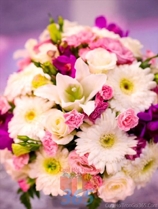 Lọ hoa tròn xinh để bàn tông tím đa sắc lãng mạn  từ ly, cúc và cẩm chướng tươi đẹp cho lễ cưới, ăn hỏi, đính hôn để trang trí nhà ngày cướiHDB32 : Mẫu cưới hỏi trọn gói 365 của công ty dịch vụ trang trí nhà tiệc cưới hỏi đẹp rẻ uy tín ở tại quận Tân Phú Sài Gòn TPHCM Gò Vấp