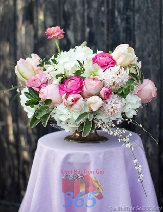 Lọ hoa tròn xinh để bàn tông trắng hồng dễ thương từ hoa mẫu đơn cho lễ cưới, ăn hỏi, đính hôn để trang trí nhà ngày cướiHDB31 : Mẫu cưới hỏi trọn gói 365 của công ty dịch vụ trang trí nhà tiệc cưới hỏi đẹp rẻ uy tín ở tại quận Tân Phú Sài Gòn TPHCM Gò Vấp