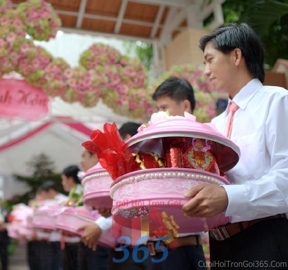 Mâm quả cưới hỏi kết cườm màu hồng đẹp, dễ thương cho nghi lễ gia tiên ăn hỏi, đám MQ12 : Mẫu cưới hỏi trọn gói 365 của công ty dịch vụ trang trí nhà tiệc cưới hỏi đẹp rẻ uy tín ở tại quận Tân Phú Sài Gòn TPHCM Gò Vấp