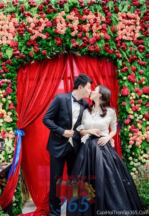 Phông cưới backdrop chụp hình đám cưới ngày lễ ăn hỏi làm bằng hạt giấy và hoa tươi tông màu đỏ đa sắc BDNH37 : Mẫu cưới hỏi trọn gói 365 của công ty dịch vụ trang trí nhà tiệc cưới hỏi đẹp rẻ uy tín ở tại quận Tân Phú Sài Gòn TPHCM Gò Vấp