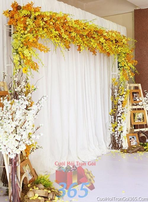 Phông cưới backdrop chụp hình đám cưới ngày lễ ăn hỏi làm bằng hạt giấy và hoa tươi tông màu vàng tươi BDNH34 : Mẫu cưới hỏi trọn gói 365 của công ty dịch vụ trang trí nhà tiệc cưới hỏi đẹp rẻ uy tín ở tại quận Tân Phú Sài Gòn TPHCM Gò Vấp