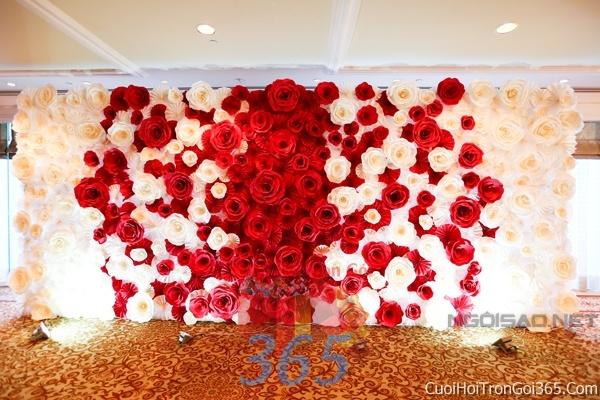 Phông cưới backdrop chụp hình đám cưới ngày lễ ăn hỏi làm bằng hoa giấy vải tông trắng đỏ BDNH23 : Mẫu cưới hỏi trọn gói 365 của công ty dịch vụ trang trí nhà tiệc cưới hỏi đẹp rẻ uy tín ở tại quận Tân Phú Sài Gòn TPHCM Gò Vấp