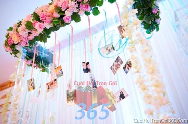 Phông cưới backdrop chụp hình đám cưới ngày lễ ăn hỏi làm bằng hoa tươi tông màu hồng ngọt ngào BDNH26 : Mẫu cưới hỏi trọn gói 365 của công ty dịch vụ trang trí nhà tiệc cưới hỏi đẹp rẻ uy tín ở tại quận Tân Phú Sài Gòn TPHCM Gò Vấp